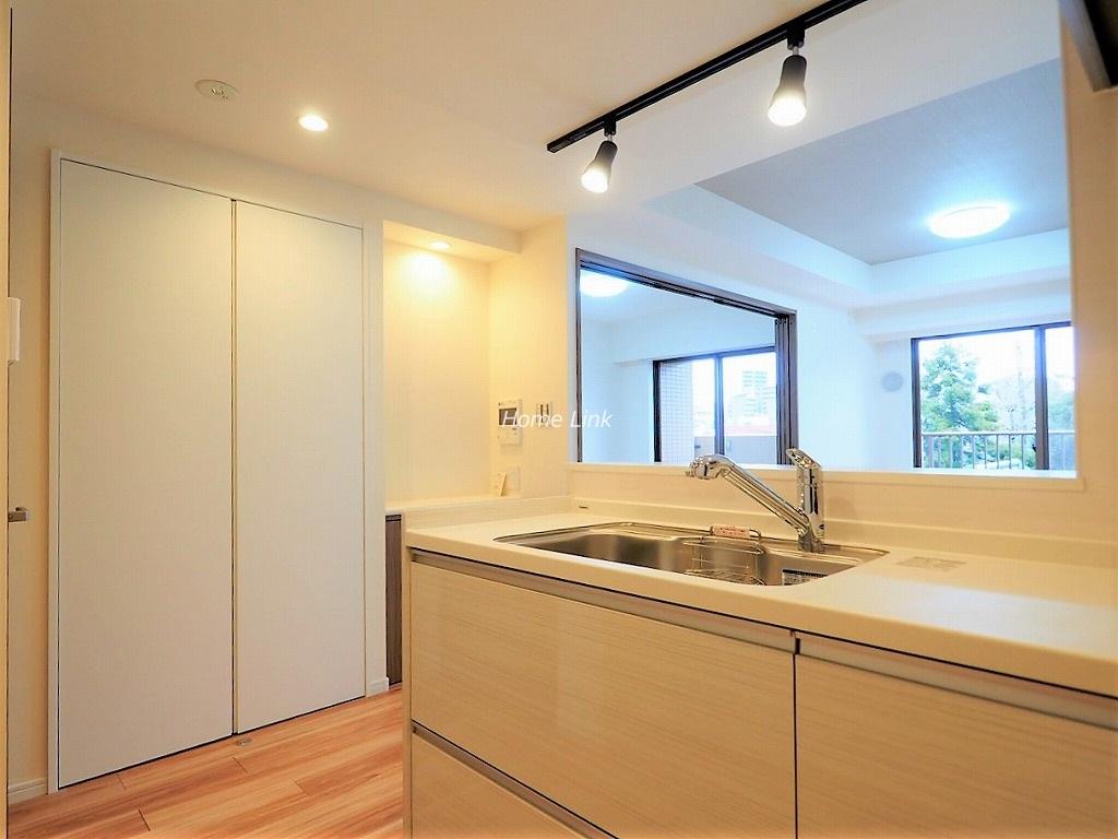 板橋パークホームズ3階 開放感のあるオープンキッチンからリビング