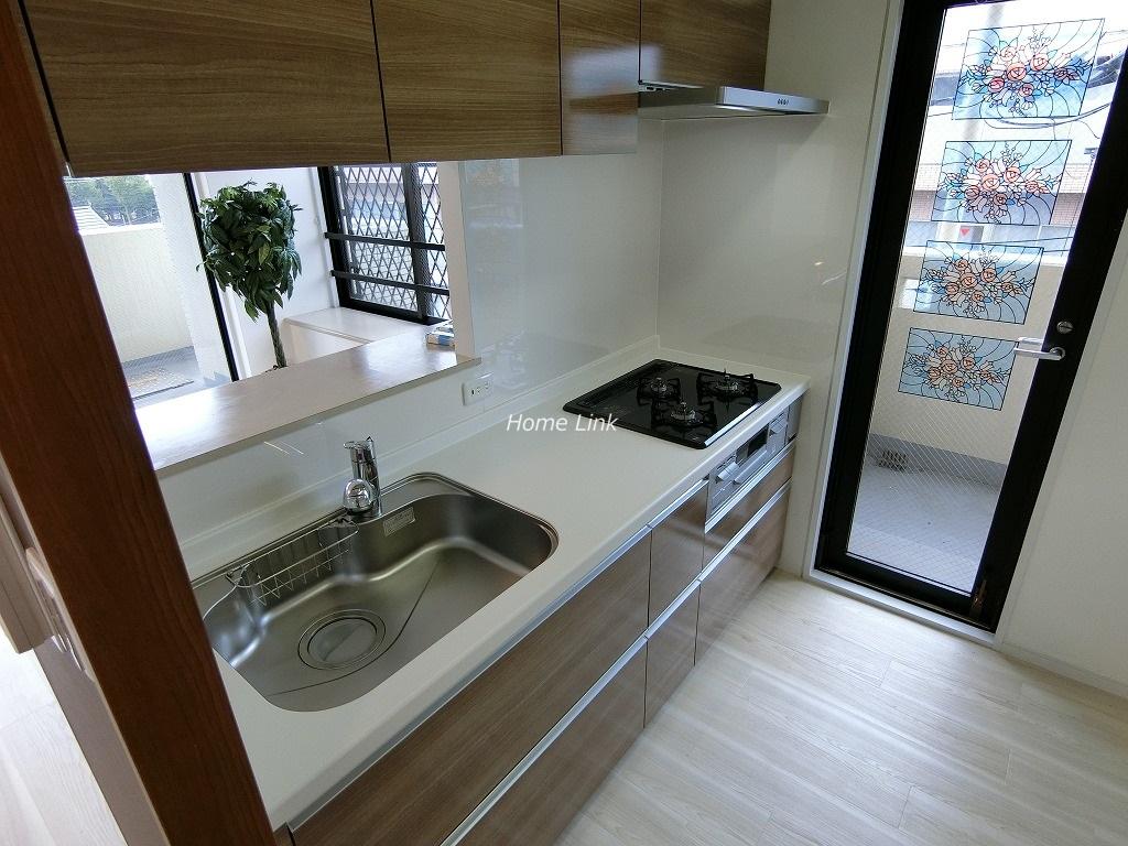 グランヴェルジェ西台4階 勝手口のあるキッチン