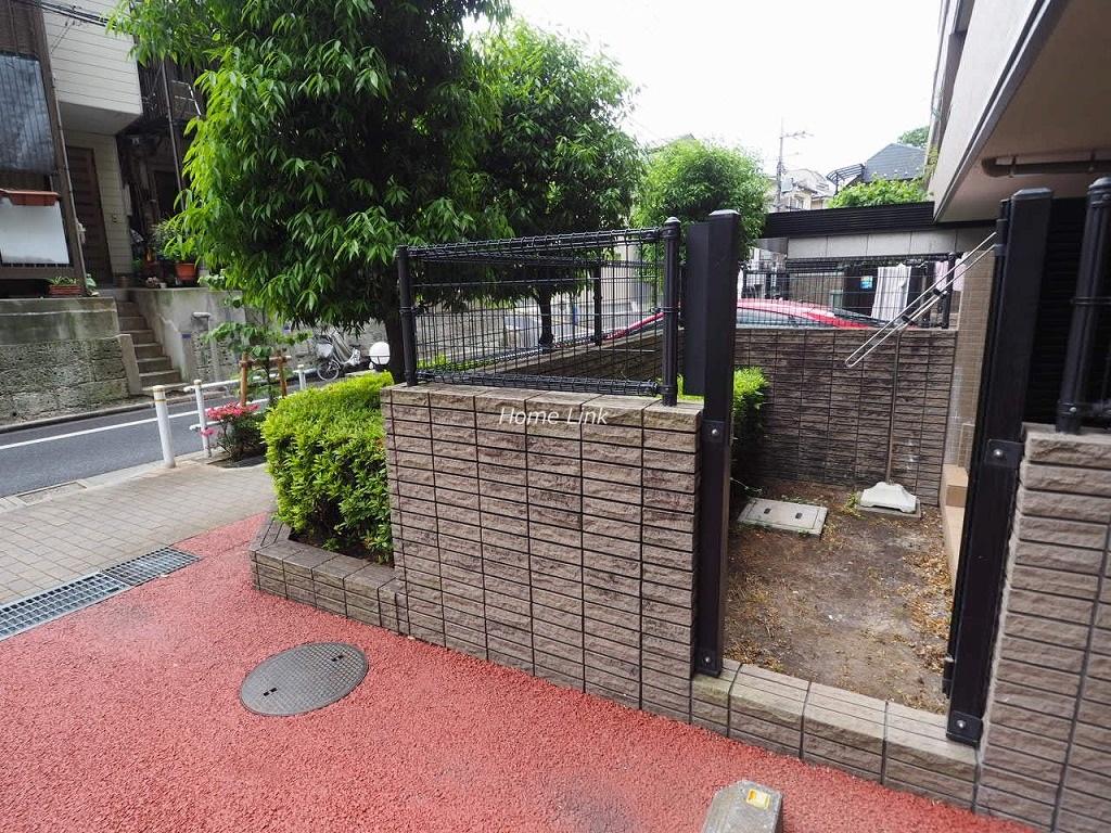 コスモ板橋志村プリオール1階 専用駐車場から専用庭へ