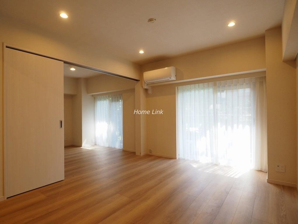 洋伸小豆沢公園マンション1階 リビングと洋室