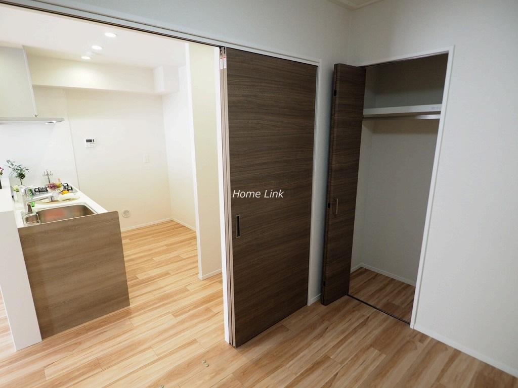 志村スカイハイツ6階 キッチンと並ぶ洋室4.1帖