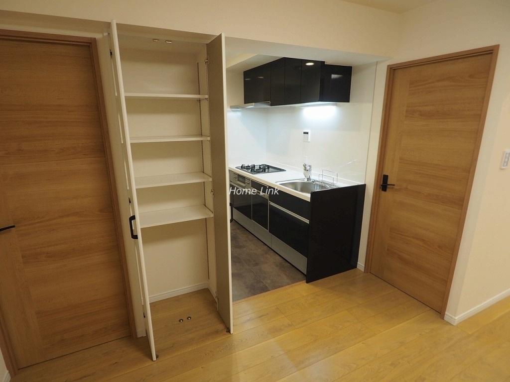 成増グリーンハイツ2階 キッチンは黒を基調とした格好よいデザイン
