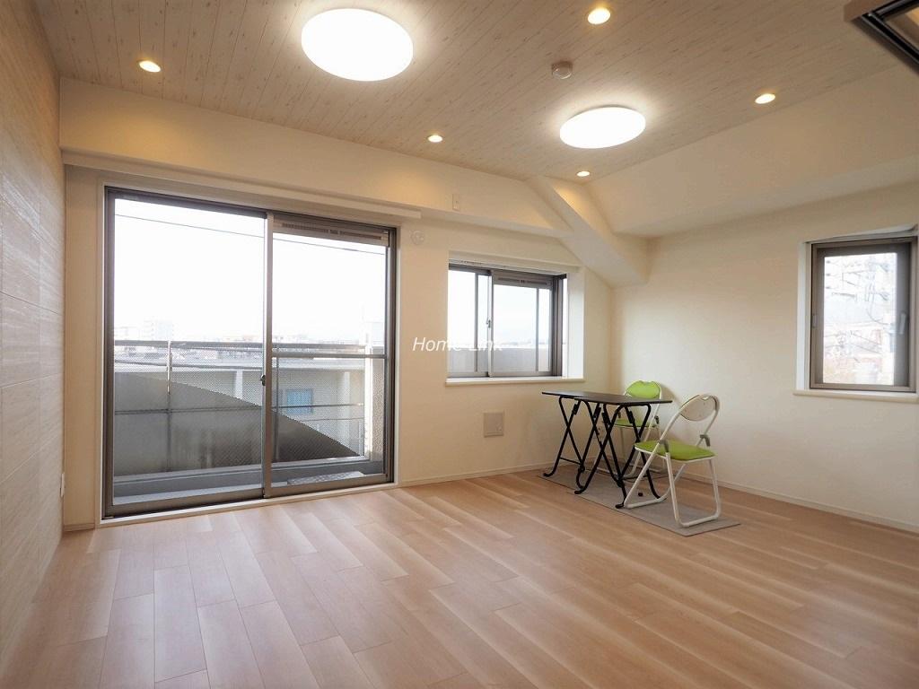 セーヌヴァン・シッス3階 角部屋のリビングは2面採光
