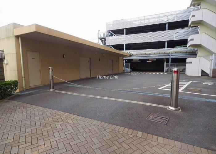 ザ・クレストリヴァシス 駐車場出入口
