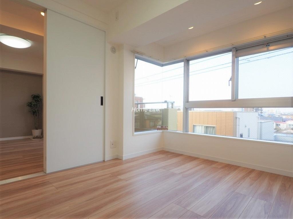 ライオンズマンション高砂4階 コーナーサッシで明るい洋室