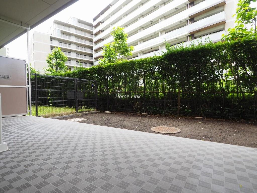 テンガメイツ西台1階 道路は人通りは少なく、植栽で目隠し