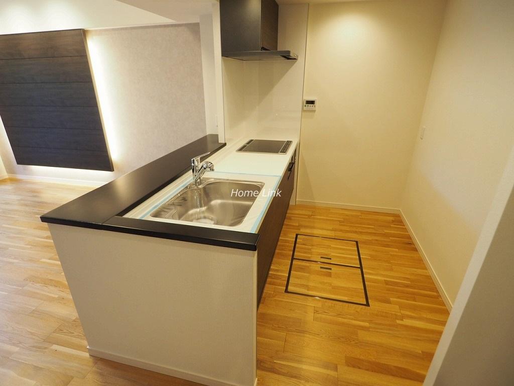 テンガメイツ西台1階 キッチンはIH3口コンロ・床下収納