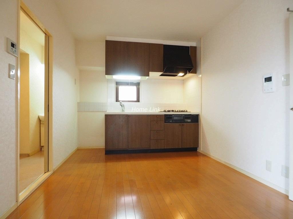 シャロン志村坂上セカンドステージ4階 窓に面した明るいキッチンのLDK