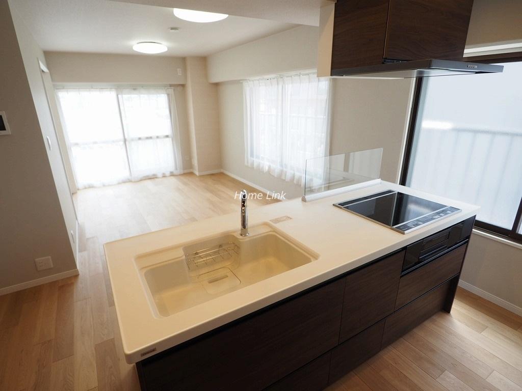 ハイビレッジ常盤台6階 キッチンからはリビングを見渡せる開放感
