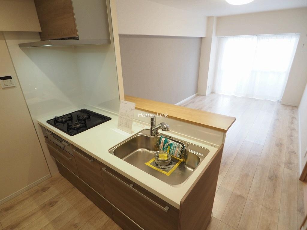 小豆沢ローズハイム6階 リビングを見渡せる対面キッチン