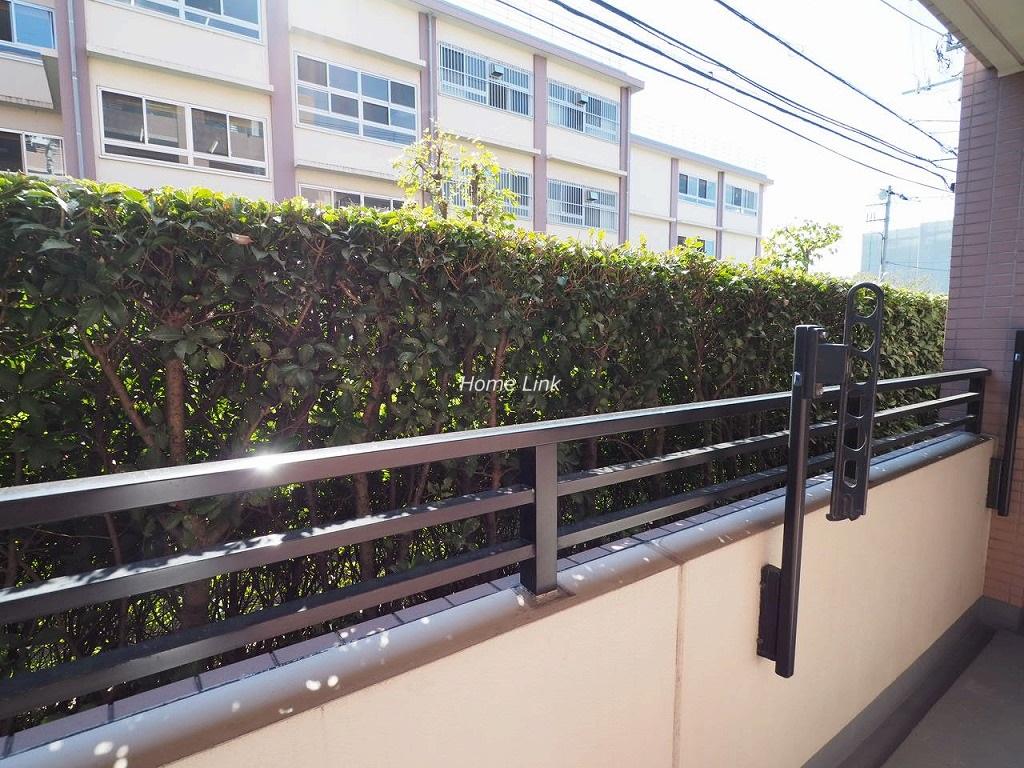 蓮根城北公園パークホームズ1階 植栽が目隠しになっている南側道路向かい
